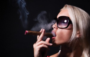 femme-cigar-2