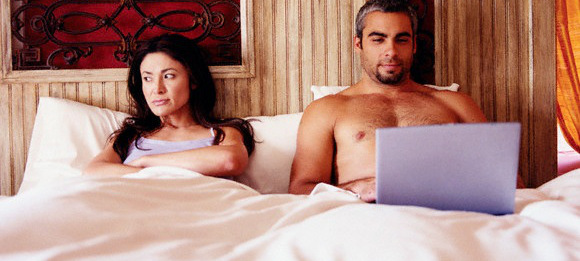 porn-computer-in-bed